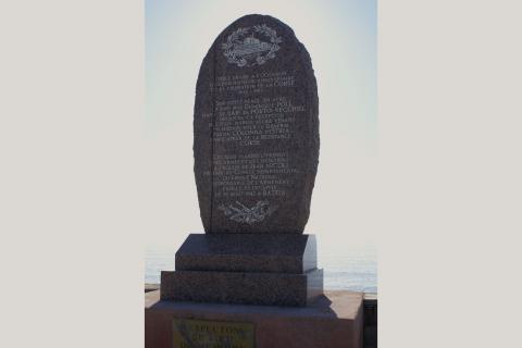 Stèle située sur la plage de Solaro